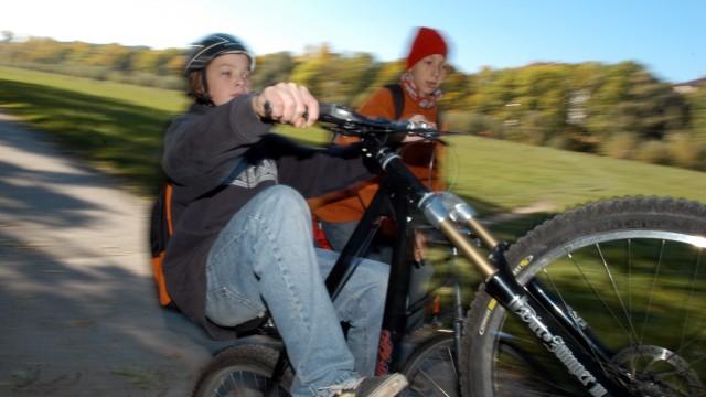 Jugendliche beim Fahrradfahren