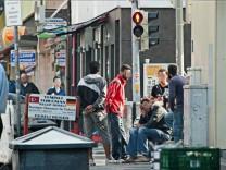 Männer warten im Münchner Bahnhofsviertel auf Arbeit