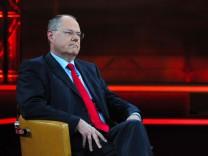 Günther Jauch spricht mit Peer Steinbrück