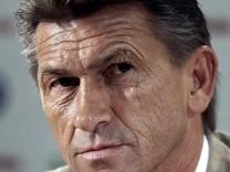 Trainer Klaus Augenthaler (Wolfsburg)