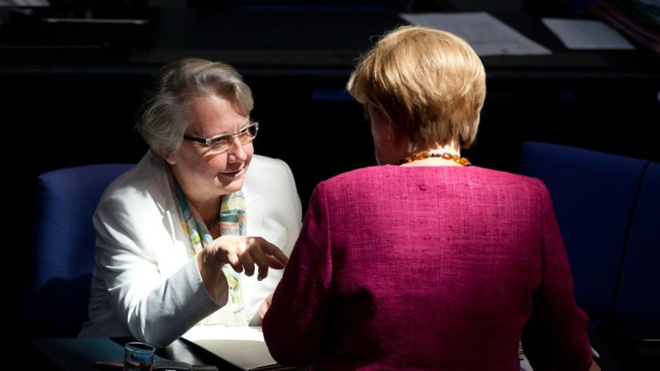 Merkel stärkt Ministerin Schavan den Rücken