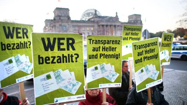 Protest für mehr Transparenz bei Nebeneinkünften