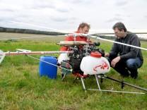 Daniel Krättli (l) von Swiss Drones AG und Freimut Stephan (Dienstleistungszentrum Ländlicher Raum Mosel) bereiten im brandenburgischen Paplitz den Start fer Drohne zur Bekämpfung vom Eichenprozession