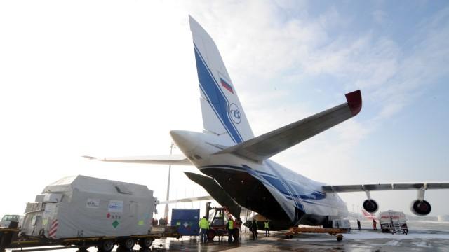 Eisforschungssatellit Cryosat auf dem Münchner Flughafen verladen, 2010