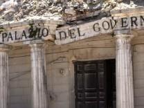 In Trümmern: Nachdem die Erde in den italienischen Abruzzen monatelang immer wieder kurz gewackelt hatte, wurde die Region um das Städtchen L'Aquila (im Bild der Regierungspalast) am 6. April 2009 aus