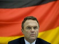 Friedrich: Ueber 100 Rechtsextremisten im Untergrund