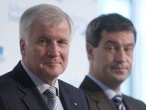 Ministerpraesident und CSU-Chef Horst Seehofer mit seinem Parteifreund und möglichen Nachfolger Markus Söder auf einem Archivbild von 2011.
