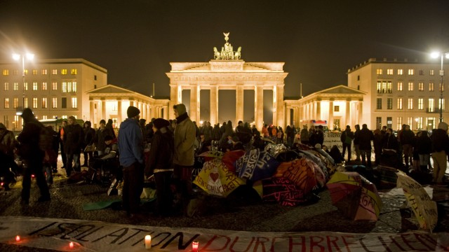 Fluechtlinge harren trotz strenger Auflagen am Brandenburger Tor aus