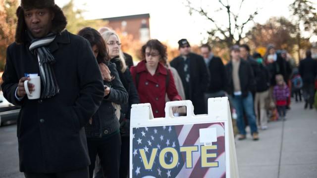 Wähler stehen vor einem Wahllokal Schlange um bei der Präsidentschaftswahl abzustimmen