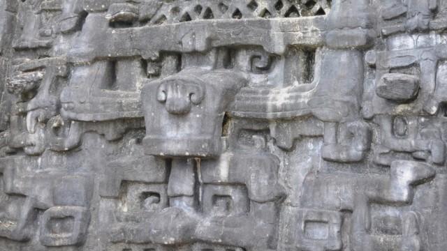 Ein Fries in der Maya-Stadt Caracol. Anhand von Hieroglyphen in den großen Maya-Städten konnten Forscher historische Ereignisse datieren.