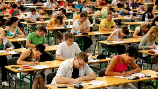 Studenten bei schriftlicher Prüfung