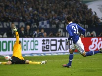 Schalke 04's Draxler scores a goal against Werder Bremen during the German first division Bundesliga soccer match in Gelsenkirchen