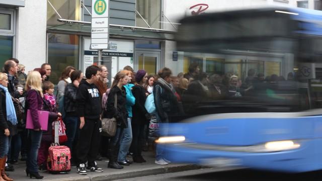 Großer Andrang auf Buslinie 160 in Pasing, 2011
