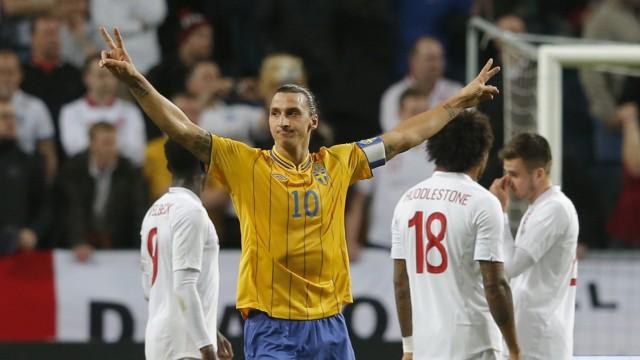 Schwedens Kapitän Zlatan Ibrahimovic lässt sich feiern für seine Tore gegen die englische Elf
