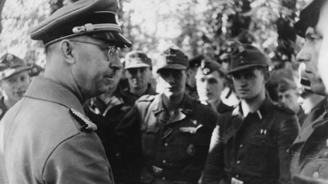Heinrich Himmler im Gespräch mit Soldaten der Waffen-SS, 1943