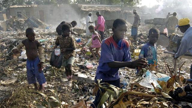 Kinder arbeiten auf einer Müllkippe, 2004