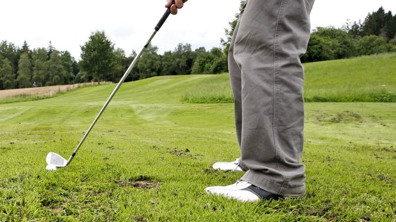 Schulleiter Golfspielen während der Dienstzeit