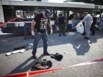 Tatort Tel Aviv: Ermittler vor dem Wrack des Buses, in dem der Sprengsatz zündete