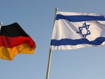 Die deutsche neben der israelischen Fahne am Berliner Flughafen Tegel bei einem Besuch des israelischen Staatspräsidenten Schimon Peres