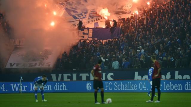 Bundesliga Bengalo-Zündeleien bei Schalke 04