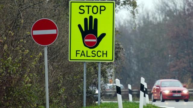 Warnschilder gegen Geisterfahrer