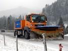 Wintereinbruch in Süddeutschland: Ein Schneepflug räumt am Donnerstag (29.11.12) am Spitzingsee bei