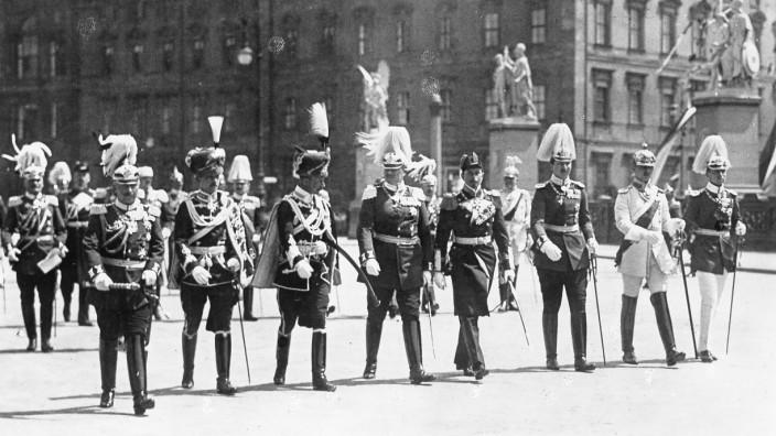 Kaiser Wilhelm II. auf dem Weg zur Paroleausgabe, 1913