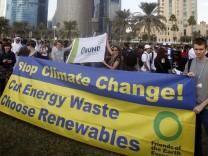 Demonstranten fordern in Doha, wo der Weltklimagipfel stattfindet, mehr Einsatz im Kampf gegen die Erderwärmung.