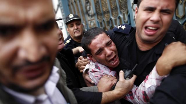 Polizisten und Demonstranten in Kairo