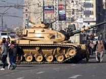 Tanks, troops deployed at presidential palace in Cairo
