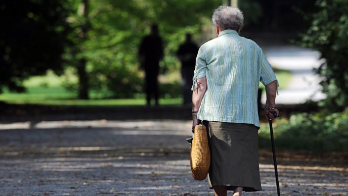 Eine Seniorin geht spazieren