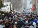 Einkaufswahnsinn am zweiten Adventssamstag in der Münchner Fußgängerzone: Man wird mehr geschoben, a