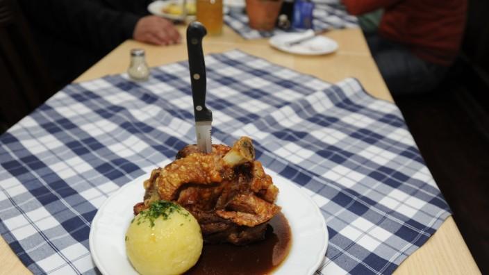 Deftiges Essen in Bayern: Schweinshaxe und Knödel.