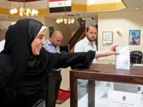 Ägypterin gibt im Oman ihre Stimme ab