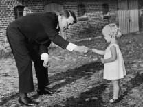 Adolf Hitler mit einem Kind, 1936