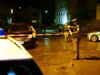Nach einer Schießerei zwischen Mitgliedern verschiedener Rocker-Gangs in Neu-Ulm am 16. Dezember 2012 sichern Polizisten den Tatort.