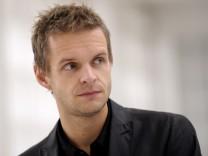 Kabarettist Florian Schroeder moderiert Nachrichtensatire 'Das Ernste'
