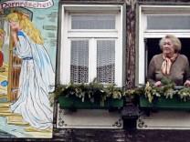 Haus mit Gebrüder Grimm Märchenbildern