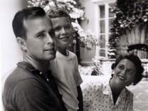 George W. Bush mit seinen Eltern Barbara und George Bush, 1955