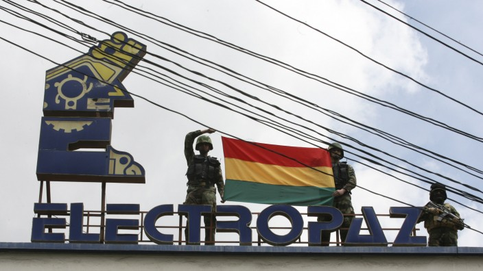 Bolivian police officers stand guard on the roofof the headquarters of electricity distribution company Electropaz