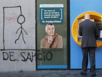 """Neben diesen Geldautomaten hat jemand einen """"Hangman"""" und das Wort """"Räumung"""" gesprüht."""