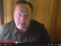 Alex Jones, Youtube Video, Waffenlobby
