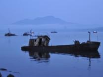 Schiffswracks in in einer Buch der Insel Kunashir. Das Eiland war, wie andere Inseln der Südkurilen, 1945 von der Sowjetunion besetzt worden.