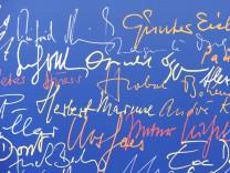 Von Autoren signierte Wand im Suhrkamp-Verlag