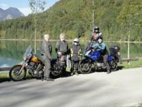Senioren auf Motorrädern