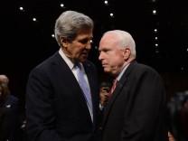 John Kerry spricht mit John McCain