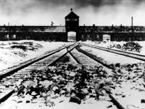 Eingangstor des Konzentrationslagers Auschwitz-Birkenau, 1945