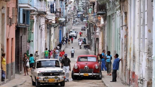 Straßenszene in Havanna mit alten Autis