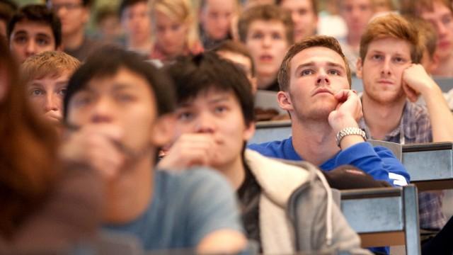Studenten bei Einführungsveranstaltung an der TU in Garching, 2012