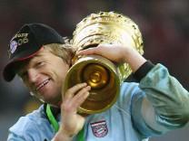 Fußball - Bayern-Keeper Oliver Kahn mit DFB-Pokal